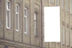 垂直的牌嘲笑 空白的广告牌户外,户外广告,在墙壁上的社会信息板 免版税库存图片