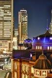 垂直的现代东京站都市风景大厦鸟眼睛空中夜视图在霓虹灯和深蓝天空下的在东京,日本 图库摄影