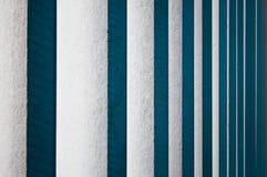 垂直的白色木窗帘 库存图片
