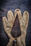 垂直的看法葡萄酒用工具加工在手套的油灰spattle 库存照片