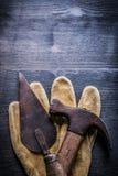垂直的看法葡萄酒用工具加工油灰spattle拔钉锤 免版税图库摄影