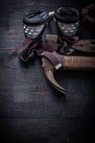 垂直的看法葡萄酒用工具加工风镜锤子钳子钳位 库存图片