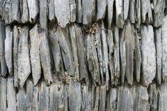 垂直的石头板岩墙壁  免版税图库摄影