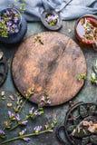 垂直的茶背景 新鲜的医治草本和花与玻璃杯子和葡萄酒茶设置在黑暗的背景,顶视图, fram 免版税图库摄影