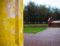 垂直的葡萄酒墙壁有公园bokeh背景 免版税库存照片