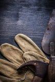垂直的葡萄酒用工具加工拔钉锤和油灰spattle 库存图片