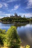 垂直的观点的加拿大的议会渥太华河 库存图片