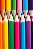 垂直的颜色铅笔的行关闭  免版税图库摄影