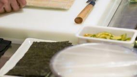 垂直的移动式摄影车射击了日本厨房和厨师 股票视频