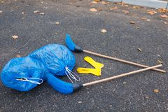垃圾和两把笤帚两个包裹在路说谎在公园 免版税库存照片