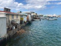 垃圾和垃圾在水中在奔跑后在被毁坏的房子下 免版税库存照片