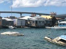 垃圾和垃圾在水中在恶劣的房子后 免版税库存照片