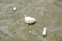 垃圾和垃圾在水中 免版税库存图片