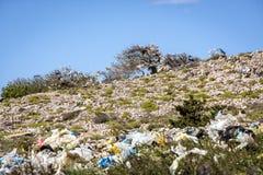 垃圾和塑料袋在光秃的小山 库存图片