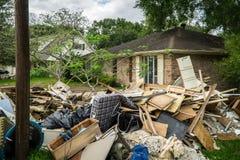 垃圾和残骸在休斯敦家外面 免版税图库摄影
