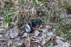 垃圾在公园离开由人 免版税库存照片