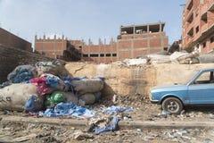 垃圾在叫作垃圾城市的Zabbaleen贫民窟开罗埃及 免版税库存图片