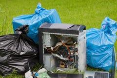 垃圾在森林里,特写镜头 免版税库存图片