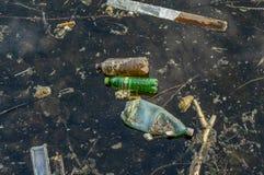 垃圾在水中 一个被污染的池塘的照片 免版税库存图片