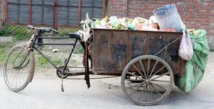 垃圾垃圾三轮车推车运载的品种在Swachh巴拉特Abhiyan使命下的 免版税库存图片