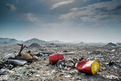 垃圾堆充分风景视图废弃物、塑料瓶和其他垃圾 免版税库存照片