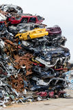 垃圾堆积场 废金属堆 压缩的被击碎的汽车为回收返回 铁废地面在工业区 免版税库存图片