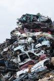 垃圾堆积场 废金属堆 压缩的被击碎的汽车为回收返回 铁废地面在工业区 库存图片