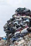 垃圾堆积场 废金属堆 压缩的被击碎的汽车为回收返回 免版税库存照片