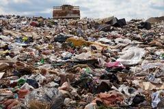 垃圾填埋卡车工作 免版税库存照片