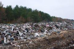 垃圾填埋在乌克兰,堆塑料倾销了  沿无机废混杂的路 免版税图库摄影