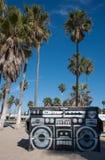 垃圾大型垃圾桶街道画威尼斯海滩 免版税库存照片