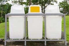 垃圾容器在公园-公开区域 库存图片