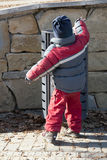 垃圾容器的孩子 免版税库存图片