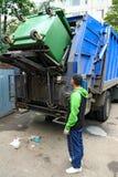 垃圾容器的装货 免版税库存图片