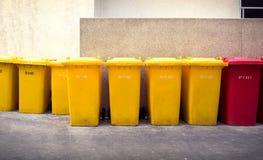 垃圾桶、黄色和红色 免版税图库摄影