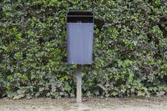 垃圾桶在公园 免版税库存照片