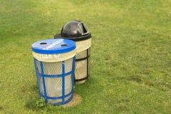 垃圾桶在干净和整洁的概念的象草的公园区域没有垃圾或废弃物 免版税库存图片
