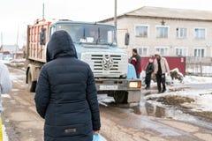 垃圾的俄国居民Desposing 图库摄影