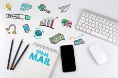 垃圾短信邮件 与计算机,智能手机,笔记本,铅笔的办公桌桌 库存图片