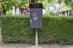 垃圾箱在公园在城市 库存图片