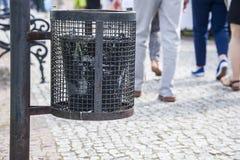 垃圾箱在公园,一个干净的城市 免版税库存图片