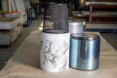 垃圾箱 厨房或办公室的垃圾箱 辅助部件咖啡门家具谷物把柄 免版税库存照片