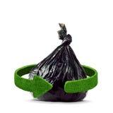 垃圾袋和绿色箭头从草 回收在白色的概念隔离 免版税库存图片