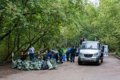 垃圾袋的准备在卡车将装载的 免版税库存图片