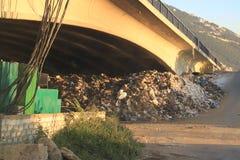 垃圾被投掷在桥梁,黎巴嫩下 免版税库存图片