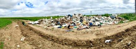 垃圾被投掷对路在康斯坦察和奥维迪乌之间 免版税图库摄影