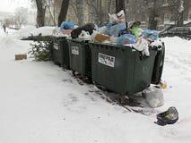 垃圾 自然灾害冬天,飞雪,大雪麻痹了城市,崩溃 积雪旋风欧洲 免版税库存图片