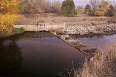 垄沟流的灌溉水 免版税图库摄影