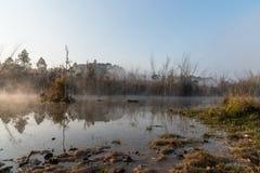 垄沟用肮脏的水在早晨 免版税库存照片