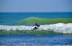 垄沟的社论冲浪者女孩抱怨海滩Montauk纽约 免版税图库摄影